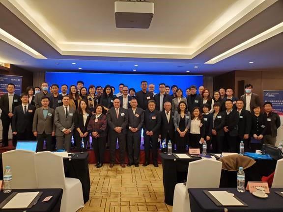 Représentants d'entreprises québécoises, représentants du gouvernement et responsables d'hôpitaux chinois présents lors de l'événement